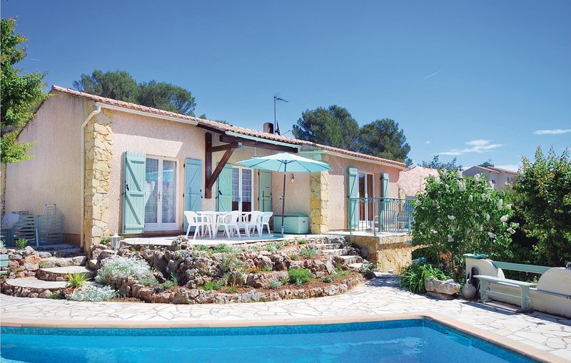 Nice home in Roquebrune/Argens with WiFi, Outdoor swimming pool and 3 Bedrooms (, holiday rental in Puget-sur-Argens
