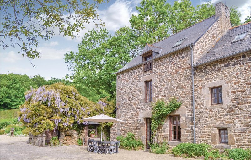 Amazing home in Taden with WiFi and 3 Bedrooms (FBC354), holiday rental in La Vicomte-sur-Rance