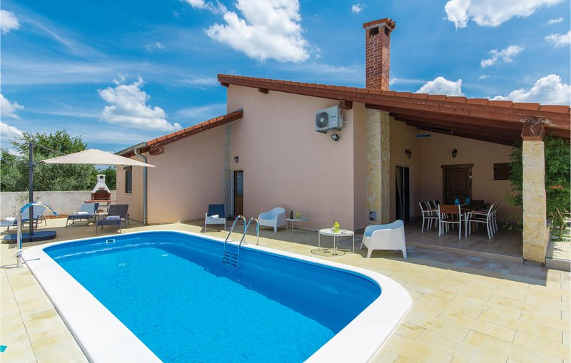 Stunning home in Porec with WiFi and 2 Bedrooms (CIE882), alquiler vacacional en Zbandaj