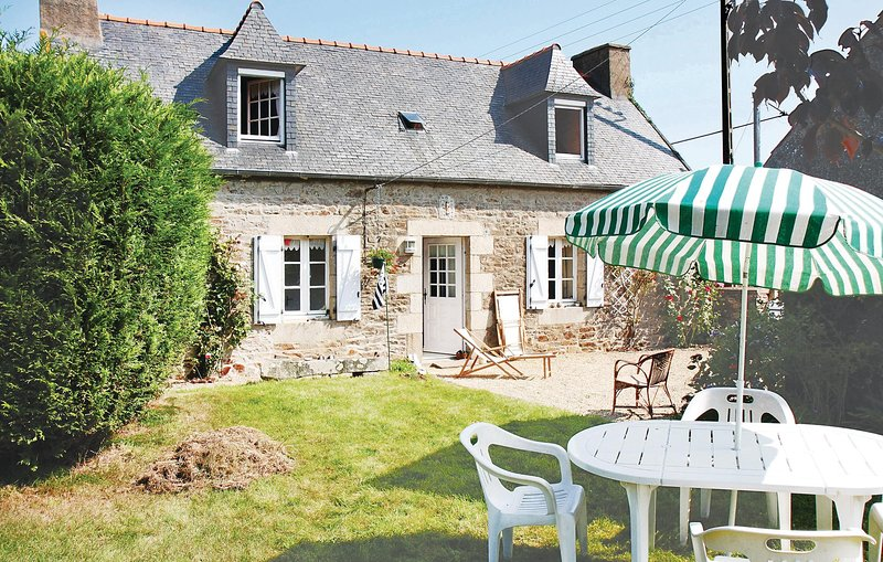 Awesome home in Pleumeur Gautier with 2 Bedrooms (FBC465), holiday rental in Lezardrieux