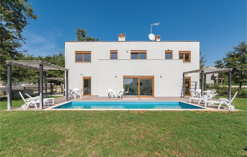 Amazing home in Buici with WiFi and 4 Bedrooms (CIE883), alquiler vacacional en Zbandaj