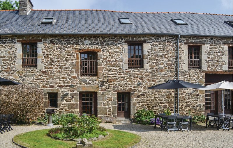 Stunning home in Taden with WiFi and 4 Bedrooms (FBC360), holiday rental in La Vicomte-sur-Rance