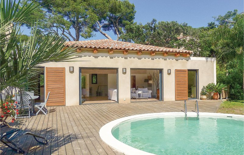 Beautiful home in Giens w/ WiFi, 3 Bedrooms and Outdoor swimming pool (FCV873), holiday rental in Giens