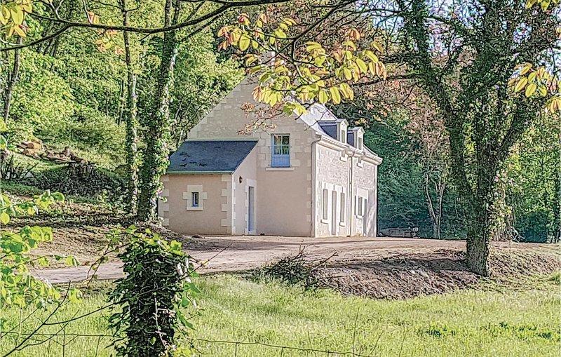 Awesome home in Cravant les Côteaux with WiFi and 2 Bedrooms (FEI047), location de vacances à Avon-les-Roches