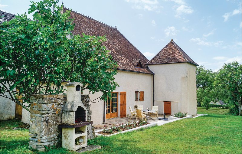 Stunning home in Mary w/ 4 Bedrooms (FGS016), holiday rental in Montceau les Mines