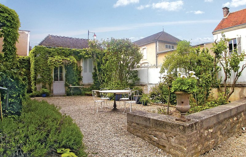 Amazing home in Chablis with WiFi and 3 Bedrooms (FGY003), holiday rental in Vermenton