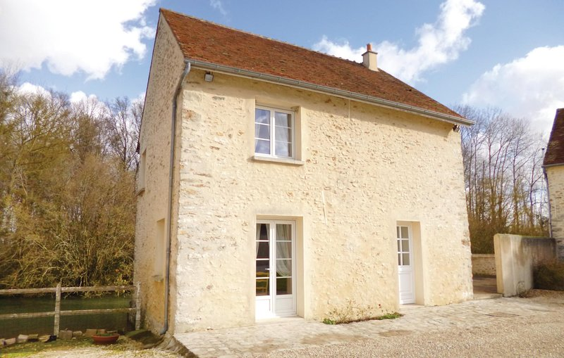 Amazing home in Vaudoy en Brie with WiFi and 3 Bedrooms (FIS021), vacation rental in Saint-Loup-de-Naud