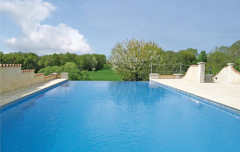 Amazing home in Montignac Le Coq with WiFi and 2 Bedrooms (FJC046), holiday rental in Montmoreau-Saint-Cybard