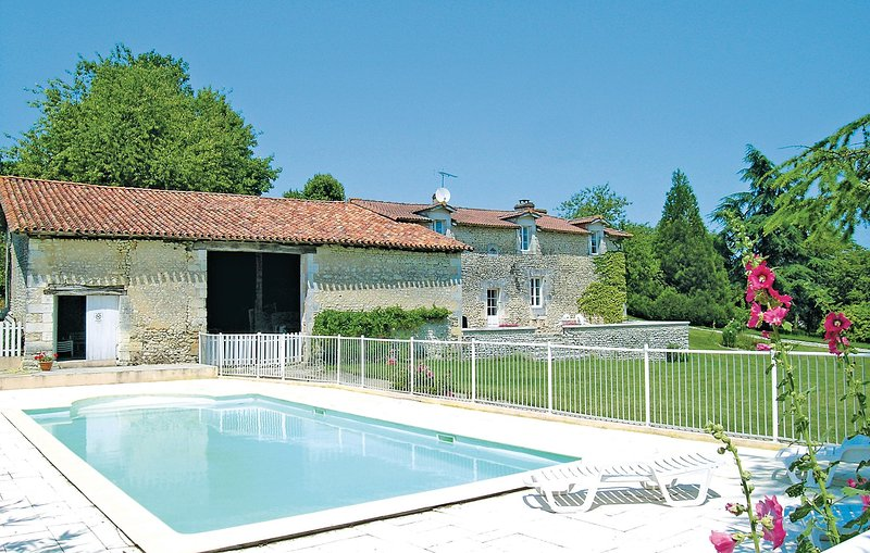 Awesome home in Bors de Montmoreau with 4 Bedrooms (FJC019), holiday rental in Montmoreau-Saint-Cybard
