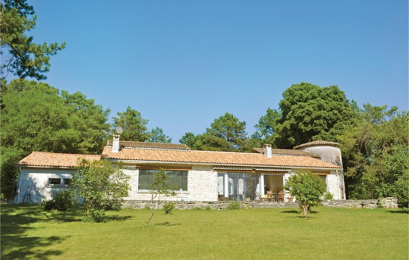 Amazing home in Sers with WiFi and 4 Bedrooms (FJC017), casa vacanza a Soyaux
