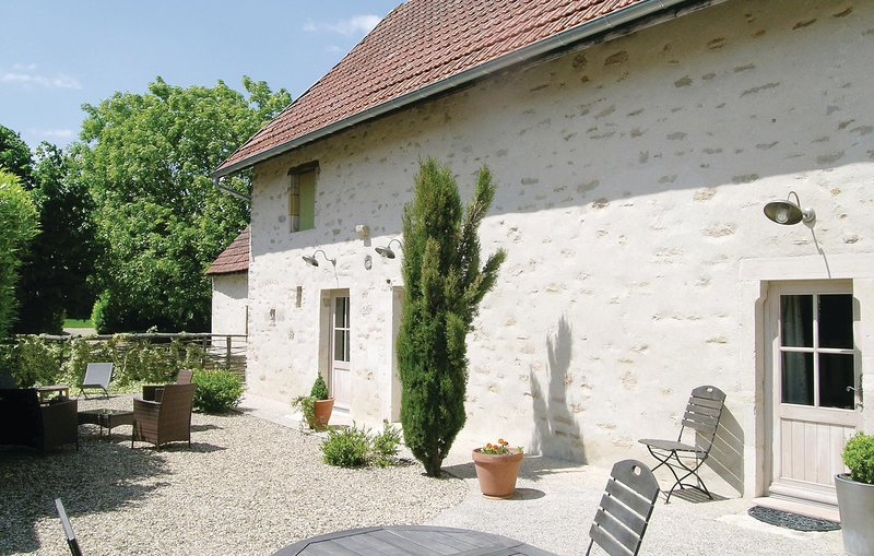 Nice home in RUFFEY LES BEAUNE with WiFi and 2 Bedrooms (FGC001), holiday rental in Argilly