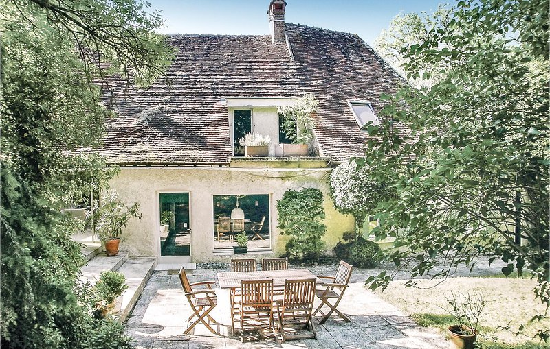 Beautiful home in St Georges sur Baulche with WiFi and 4 Bedrooms (FGY001), location de vacances à Augy