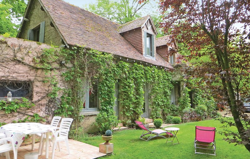 Stunning home in Saint Branchs with 2 Bedrooms and WiFi (FEI016), location de vacances à Dolus-le-Sec