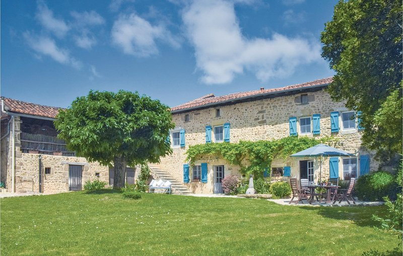 Nice home in Suaux with WiFi, Outdoor swimming pool and 6 Bedrooms (FJC006), location de vacances à Nieuil