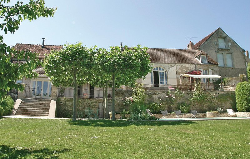 Amazing home in Montreal with WiFi and 3 Bedrooms (FGY002), holiday rental in Saint-Germain-des-Champs