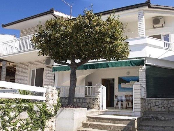 Apartments and Rooms Florijan, vacation rental in Komarna
