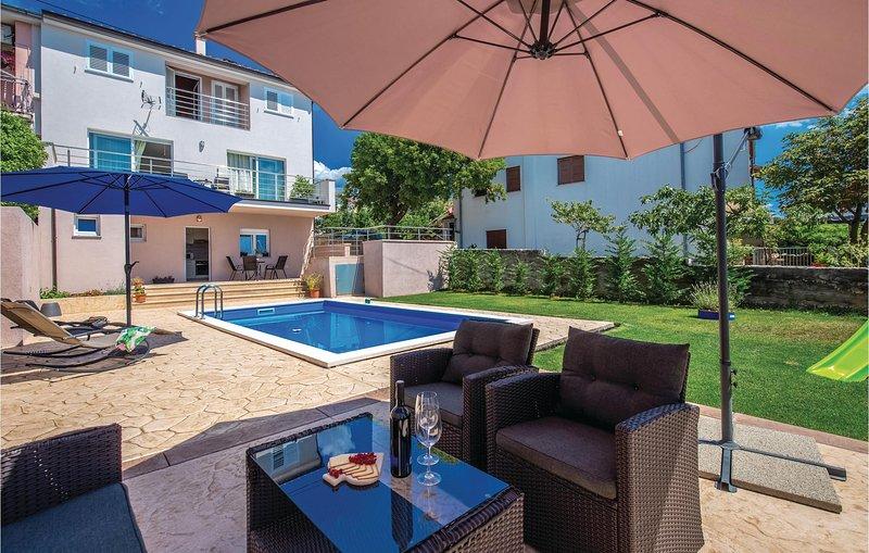 Amazing home in Smrika with WiFi and 2 Bedrooms (CKA183), aluguéis de temporada em Smrika