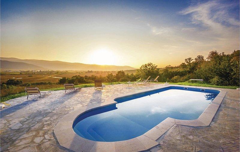 Amazing home in Plaski with WiFi, Outdoor swimming pool and 6 Bedrooms (CKB148), alquiler vacacional en Plaski