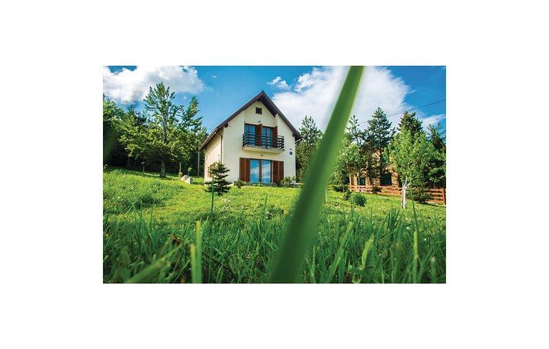 Stunning home in Ravna Gora with 3 Bedrooms (CKB227), location de vacances à Donji Vuksici