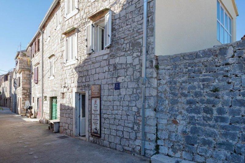 Apartments Nediljka, holiday rental in Dol
