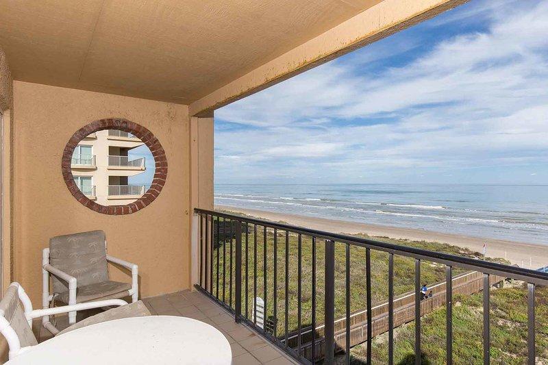 Beundra utsikten från den privata balkongen!