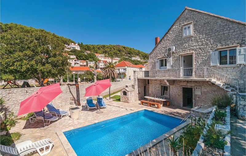 Beautiful home in Pucisca with WiFi and 4 Bedrooms (CDB151), location de vacances à Pucisca