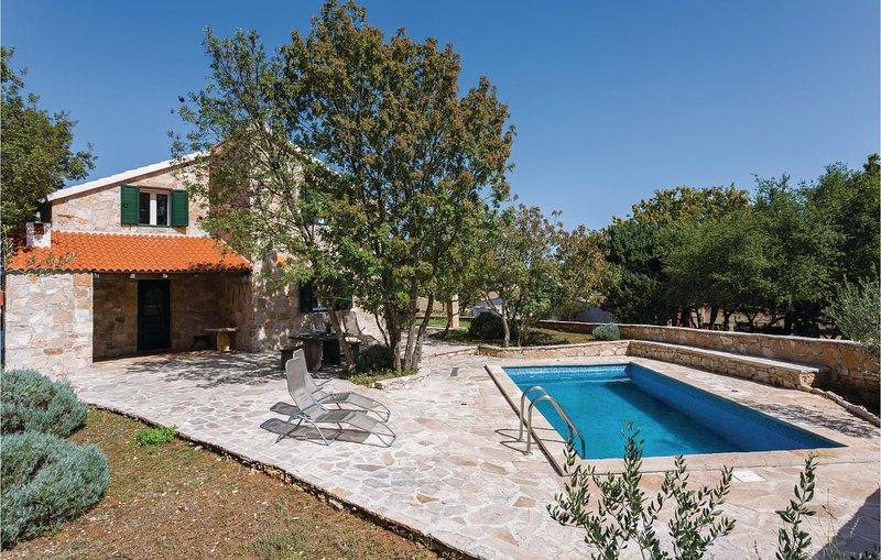 Stunning home in Gornji Humac with WiFi and 4 Bedrooms (CDB257), casa vacanza a Gornji Humac