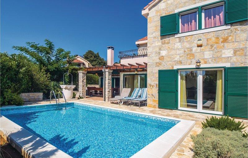 Nice home in Praznica with WiFi and 4 Bedrooms (CDB275), casa vacanza a Gornji Humac