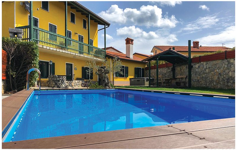 Awesome home in Komen with Sauna, WiFi and 4 Bedrooms (SCR204), holiday rental in Duino Aurisina