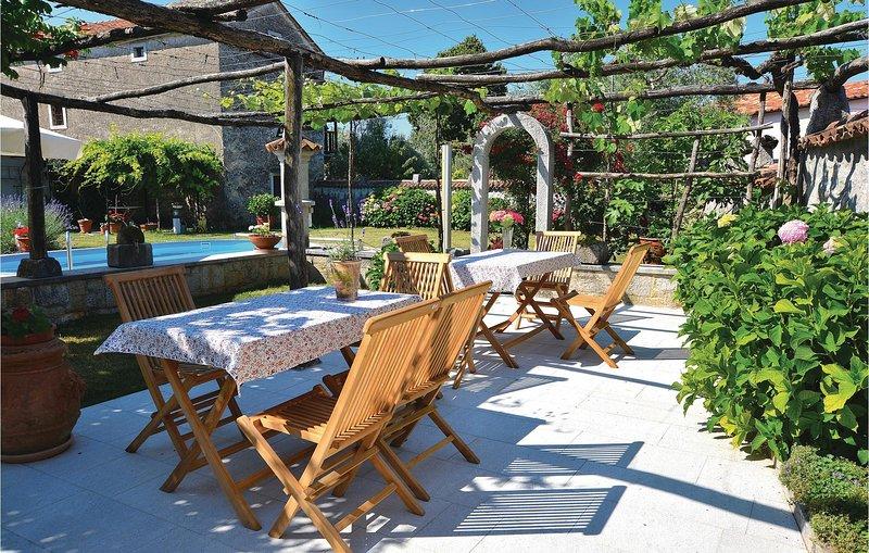 Beautiful home in Komen w/ WiFi and 3 Bedrooms (SCR251), vacation rental in Avber
