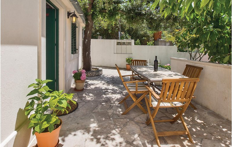 Awesome home in Bobovisca with WiFi and 2 Bedrooms (CDB424), casa vacanza a Lozisce
