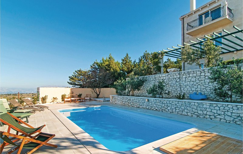 Nice home in Nerezisca with WiFi and 5 Bedrooms (CDB500), holiday rental in Nerezisca