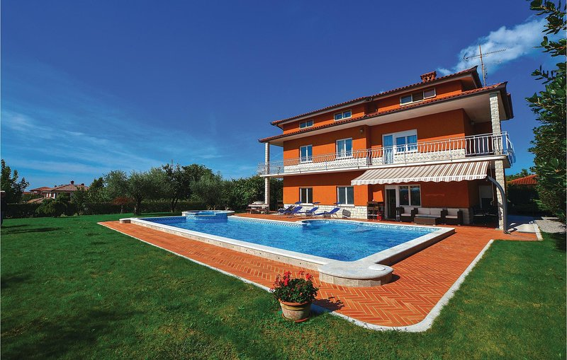 Stunning home in Sezana with Jacuzzi, WiFi and 5 Bedrooms (SCR270), casa vacanza a Sezana