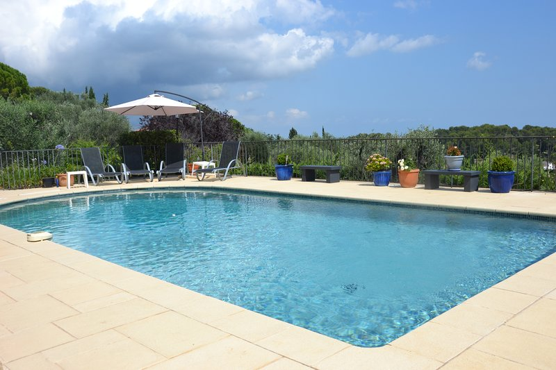Charming villa - spacious, private pool, terrace, sea view, close to Valbonne, holiday rental in Opio