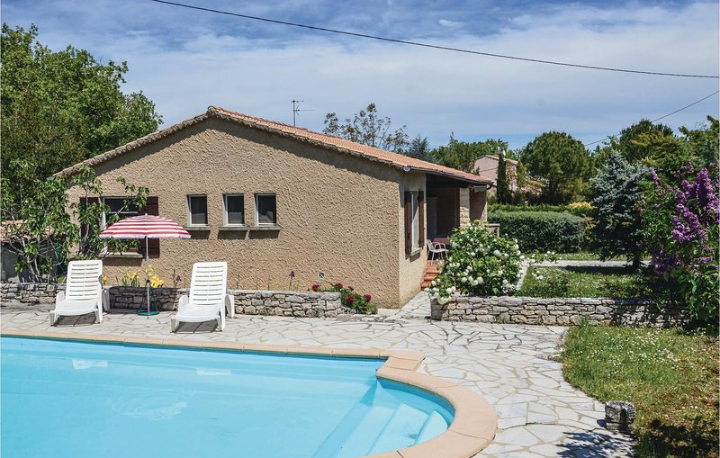Stunning home in Cereste with 3 Bedrooms (FPA021), holiday rental in Montjustin