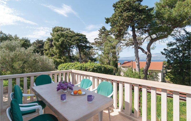 Stunning home in Splitska with WiFi and 3 Bedrooms (CDB515), holiday rental in Splitska