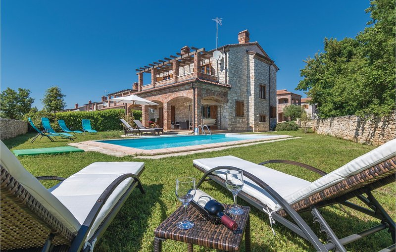 Amazing home in Cabrunici with WiFi and 4 Bedrooms (CIL584), holiday rental in Cabrunici