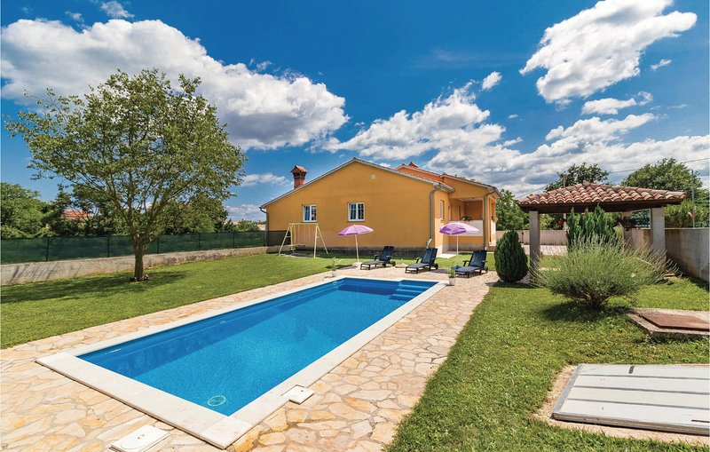 Amazing home in Zminj with WiFi and 3 Bedrooms (CIL694), location de vacances à Prhati