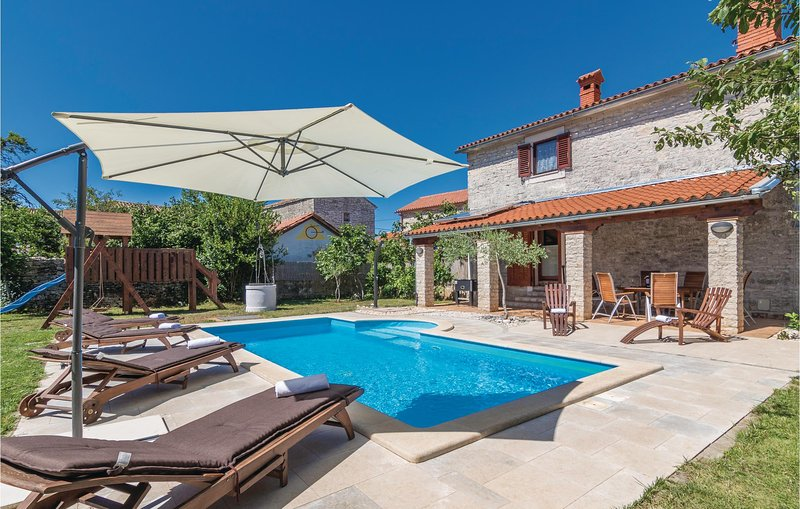 Amazing home in Cabrunici with WiFi and 4 Bedrooms (CIL825), holiday rental in Cabrunici