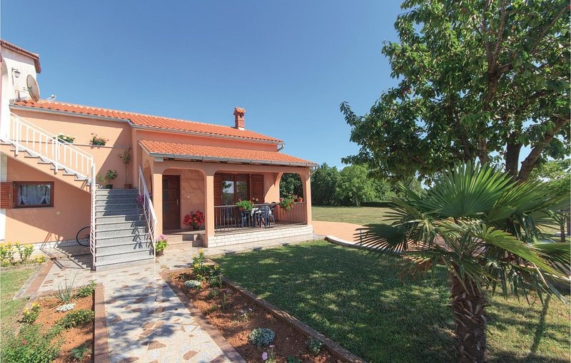 Stunning home in Dobrani with WiFi and 2 Bedrooms (CIL815), location de vacances à Rebici