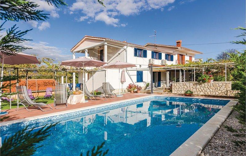 Nice home in Nedescina with WiFi and 5 Bedrooms (CIO050), location de vacances à Nedescina
