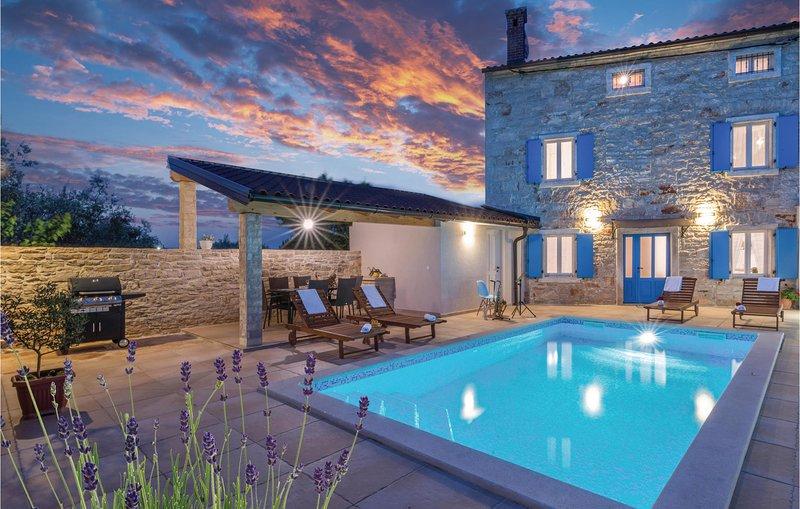 Nice home in Peruski with WiFi and 3 Bedrooms (CIO100), casa vacanza a Peruski