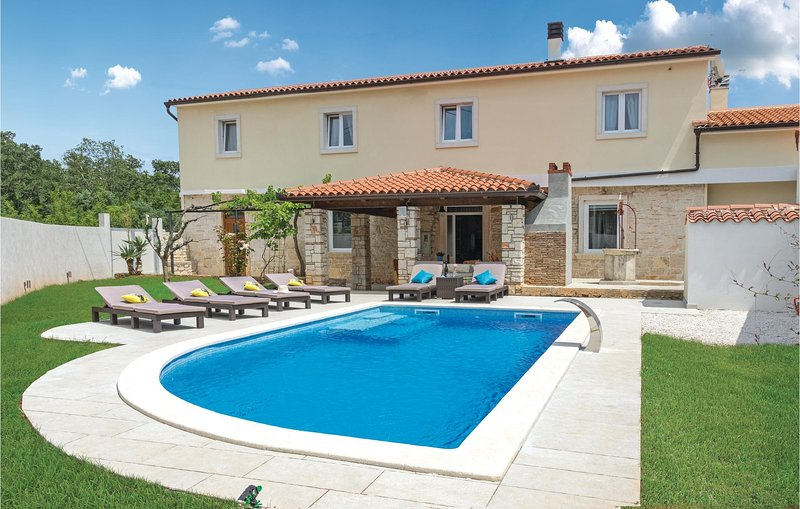 Awesome home in Peruski with WiFi and 4 Bedrooms (CIO186), casa vacanza a Peruski