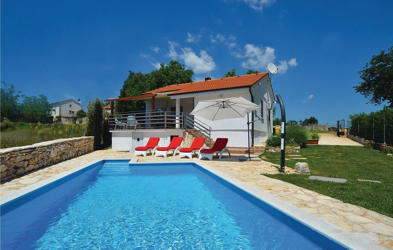 Beautiful home in Kanfanar with WiFi and 2 Bedrooms (CIV397), casa vacanza a Golas