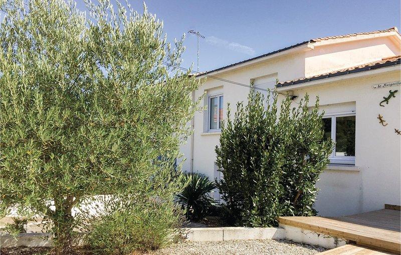 Stunning home in La Tranche sur Mer with WiFi and 5 Bedrooms (FVE250), aluguéis de temporada em La Tranche sur Mer