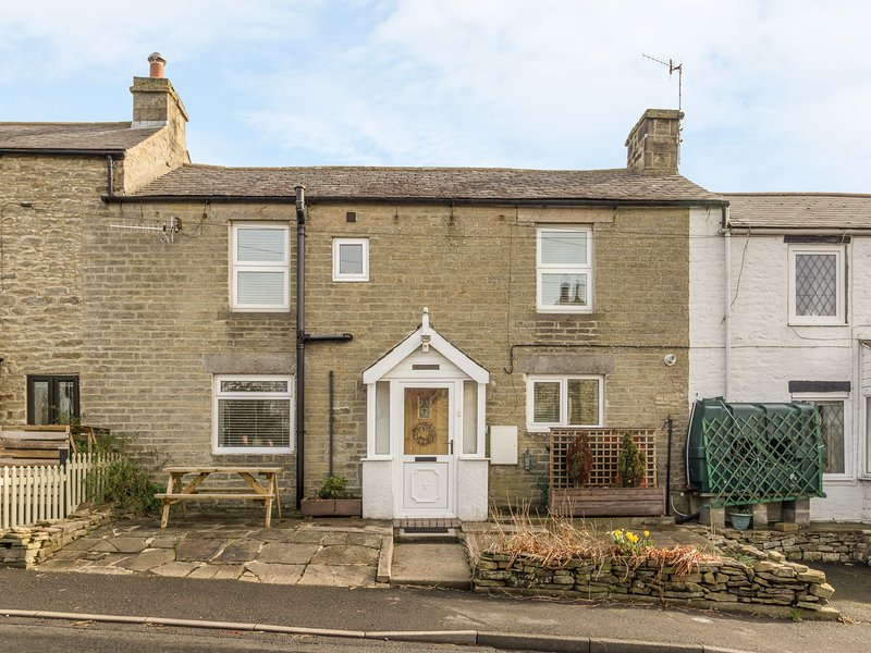 DALE VIEW, double-fronted cottage, woodburner, parking, convenient location, in, holiday rental in Haydon Bridge