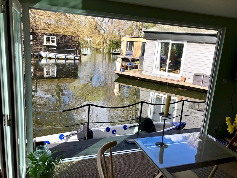 Idyllic River Thames Living next to Bushy Park and Hampton Court, holiday rental in East Molesey