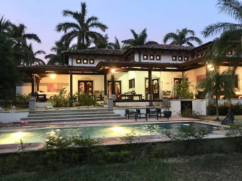 Private access beach - Poolside - Family friendly, aluguéis de temporada em Pinilla