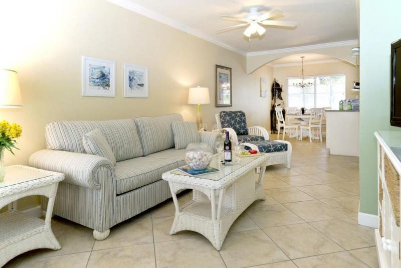 Queen-size sleeper sofa in the living room that comfortably accommodates 2 guests.
