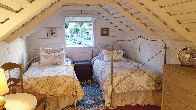 Das kürzlich renovierte Schlafzimmer im Dachgeschoss ist ideal für alle ab 7 Jahren! Mit zwei weichen Einzelbetten.